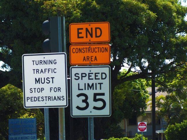同じ場所にいくつもの標識が設置されている